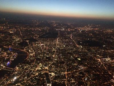 ロンドン上空からのテムズ川であります。美しいのであります。